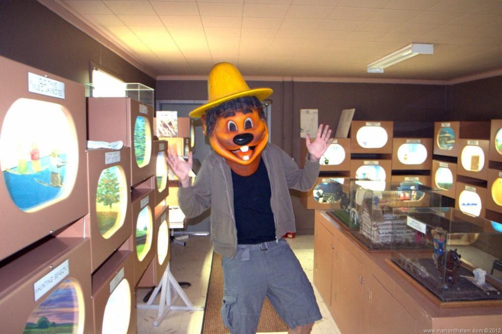 Raymond-Walsh-Man-on-the-Lam-in-gopher-costume-at-Gopher-Hole-Museum-Torrington-Alberta.jpg